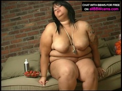 Fat brunette eats fruit and rubs fur pie